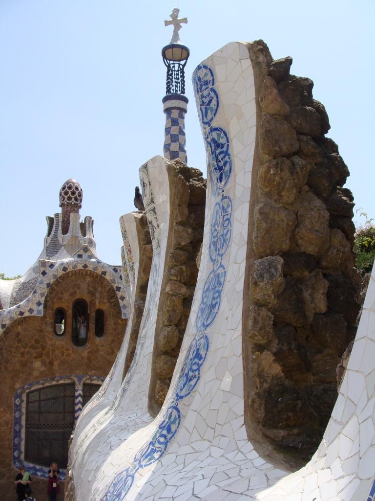 2. Nessa foto, o foco está nos detalhes da arquitetura de Gaudí. Barcelona, 2009.